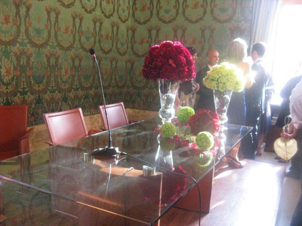 sala comunale con decorazioni floreali per matrimonio