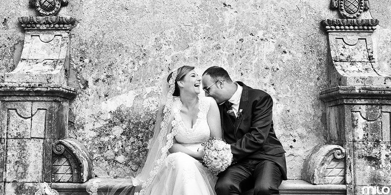 una foto in bianco e nero di due sposi