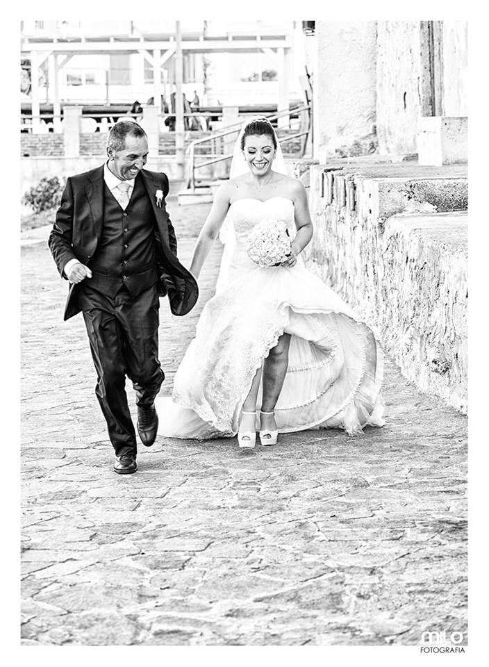 foto in bianco e nero di uno sposo e una sposa che corrono
