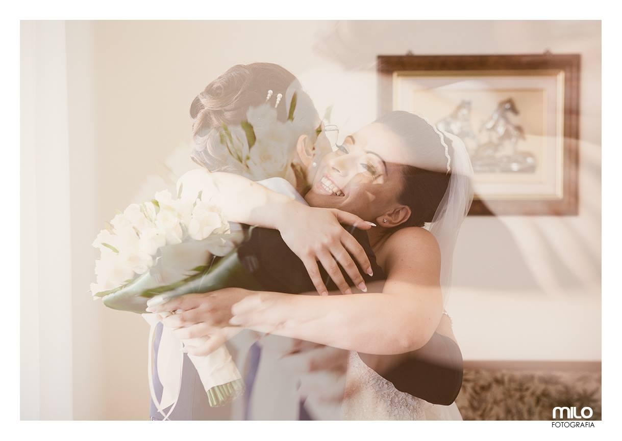 una sposa che abbraccia una signora