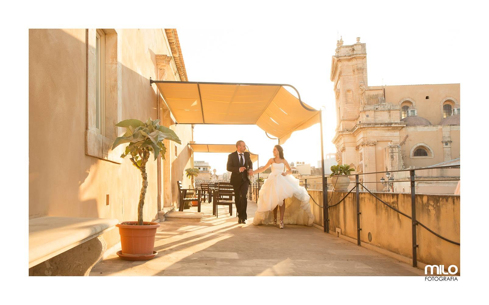 uno sposo e una sposa per mano sotto una tenda