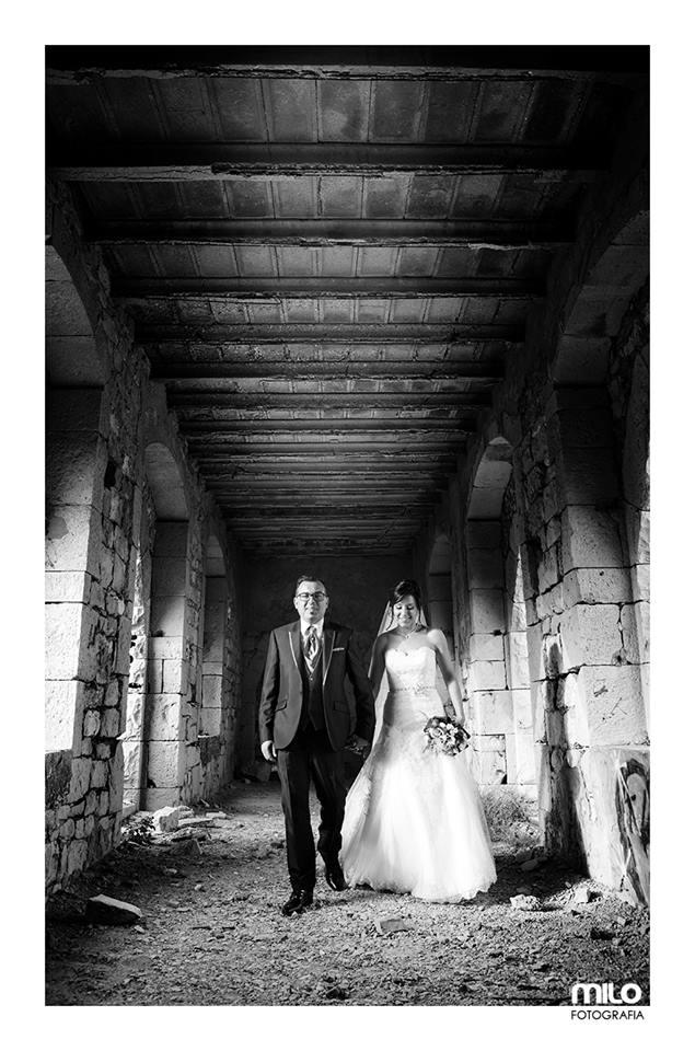 sposi in un'antica costruzione