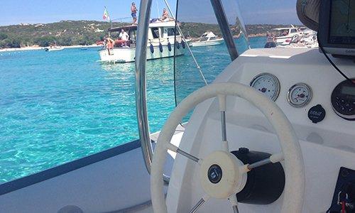 il volante di una barca e vista dell'acqua azzurra