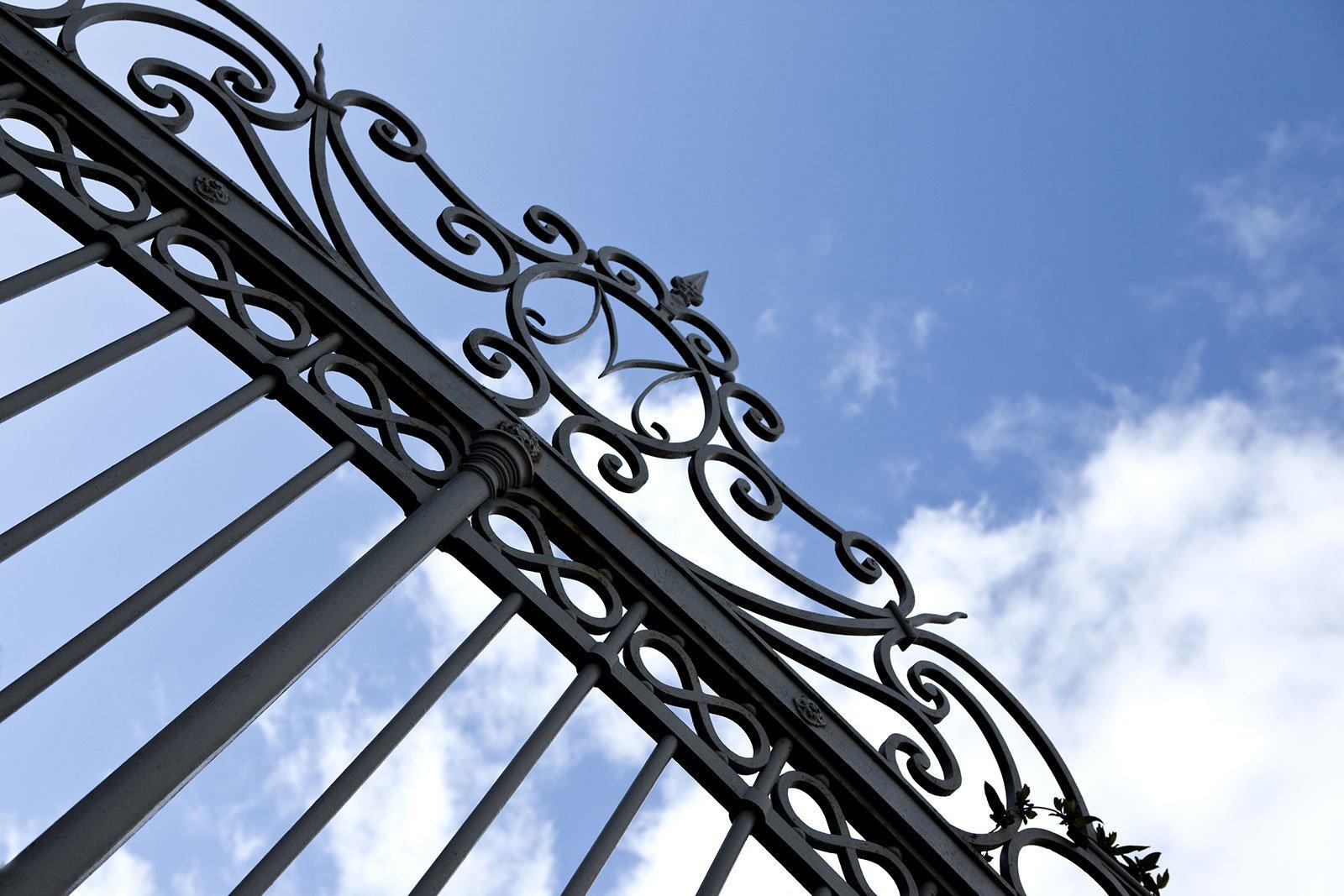 una finitura di un cancello in ferro battuto
