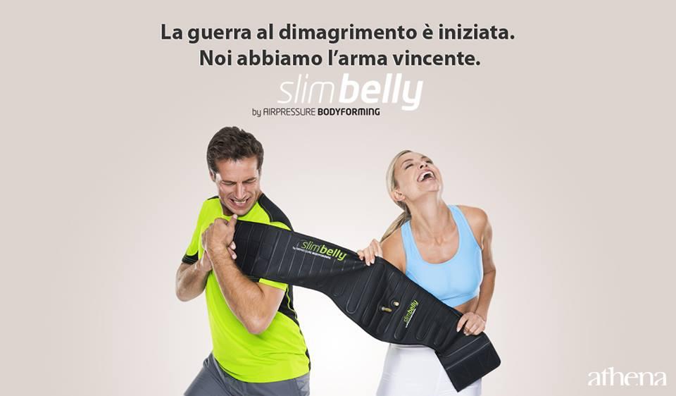 un uomo e una donna che fanno un esercizio con una stringa di gomma elastica