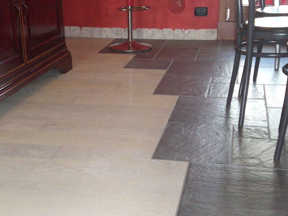 pavimento misto in abete e ceramica grezza