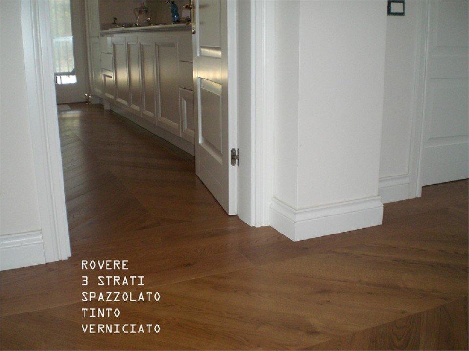 pavimento in rovere 3 strati: spazzolato, tinto, verniciato
