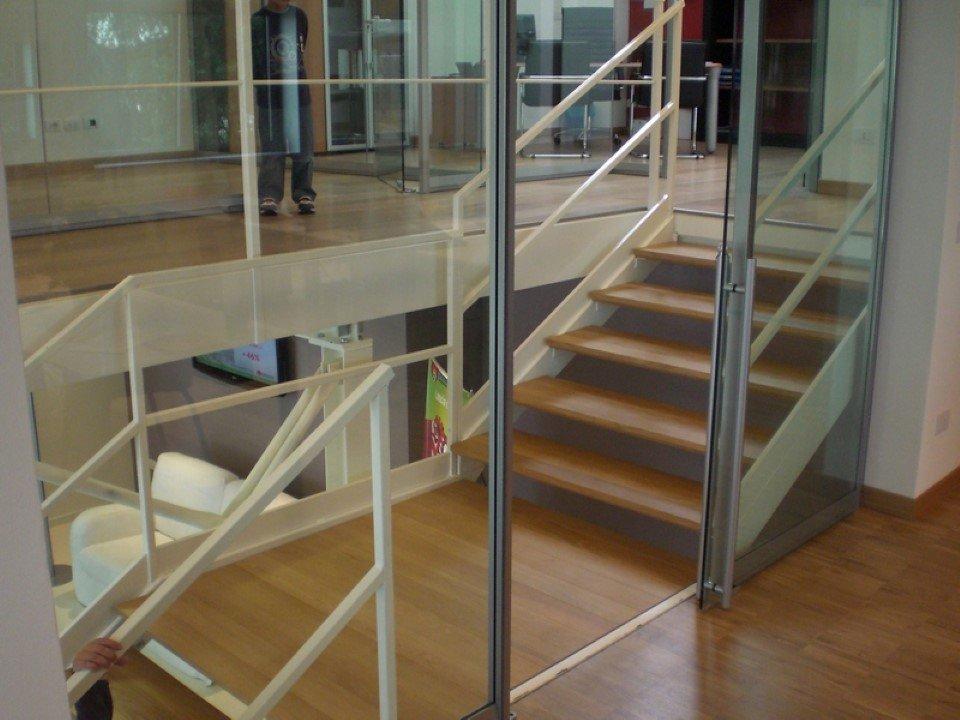 scala da interni semplice prefabbricata in legno con corrimano in acciaio