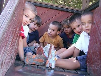 I bambini dell'asilo nido nella casetta