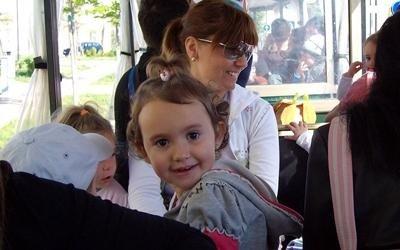 Piccoli e genitori sorridenti sul trenino