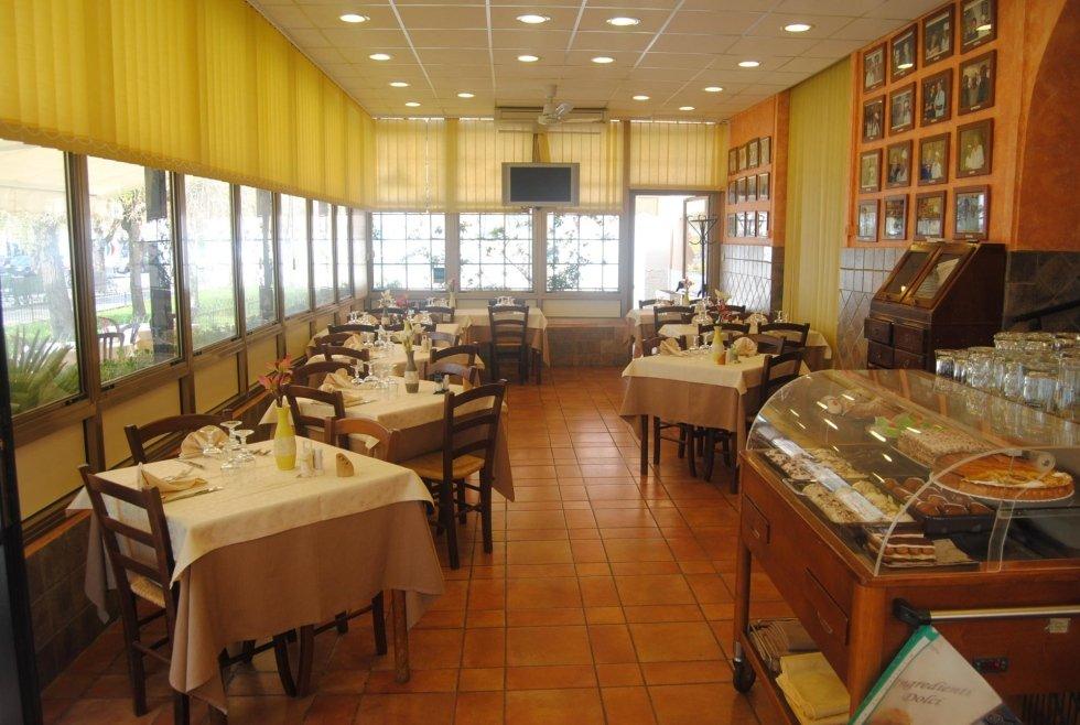 Sala a vetrate ristorante Sala interna forno ristorante Da Baffone Civitavecchia