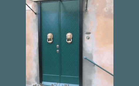 porta blindata da esterno a due ante borchiata