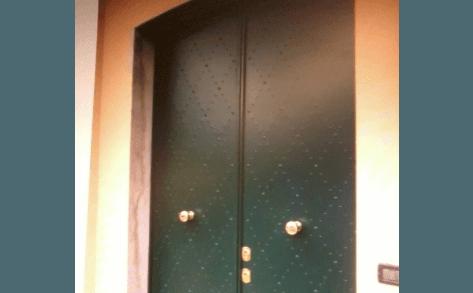 porta da esterno a due ante borchiata