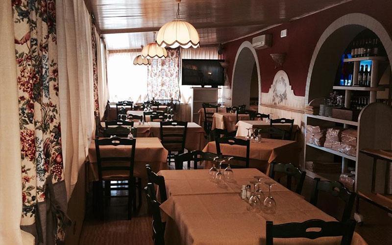 vista laterale di un ristorante con tavoli apparecchiati di un ristorante