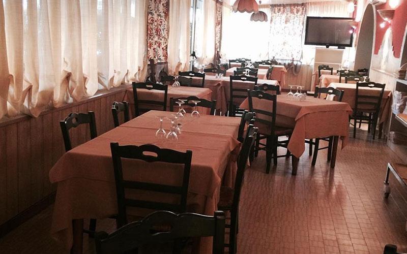 tavoli ristorante apparecchiati per pranzo