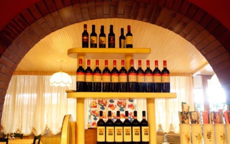 assortimento di bottiglie di vino