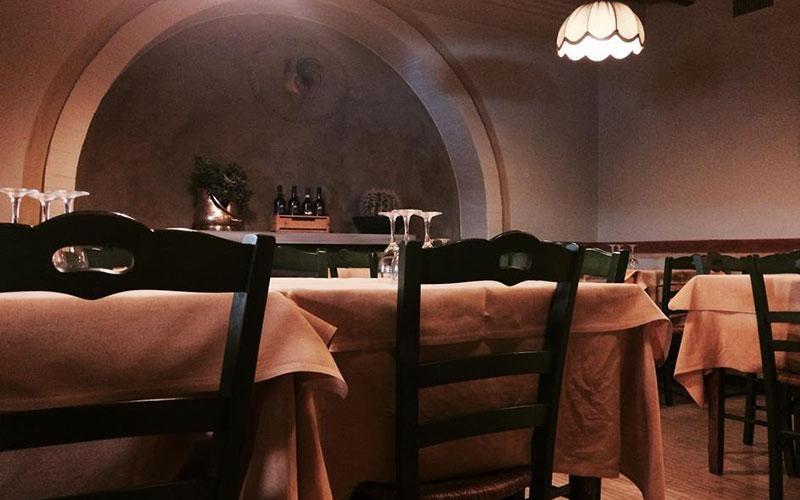 tavoli apparecchiati dentro il ristorante