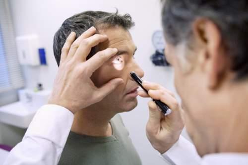 oculista esegue controllo della vista