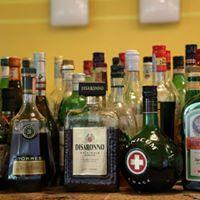 delle bottiglie di liquore