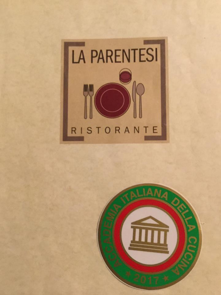 una piccola insegna a muro con scritto La Parentesi ristorante