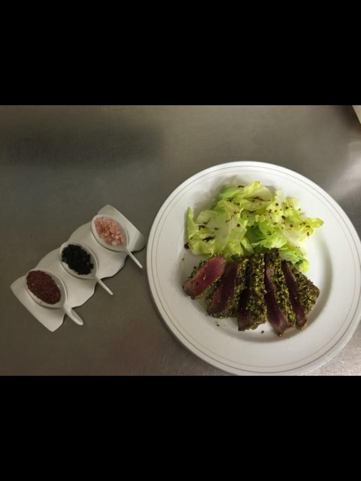 un piatto con una tagliata di carne e dell'insalata