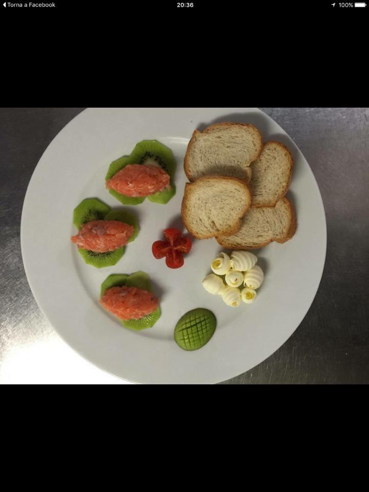della tartare su delle fette di kiwi e delle fette di pane