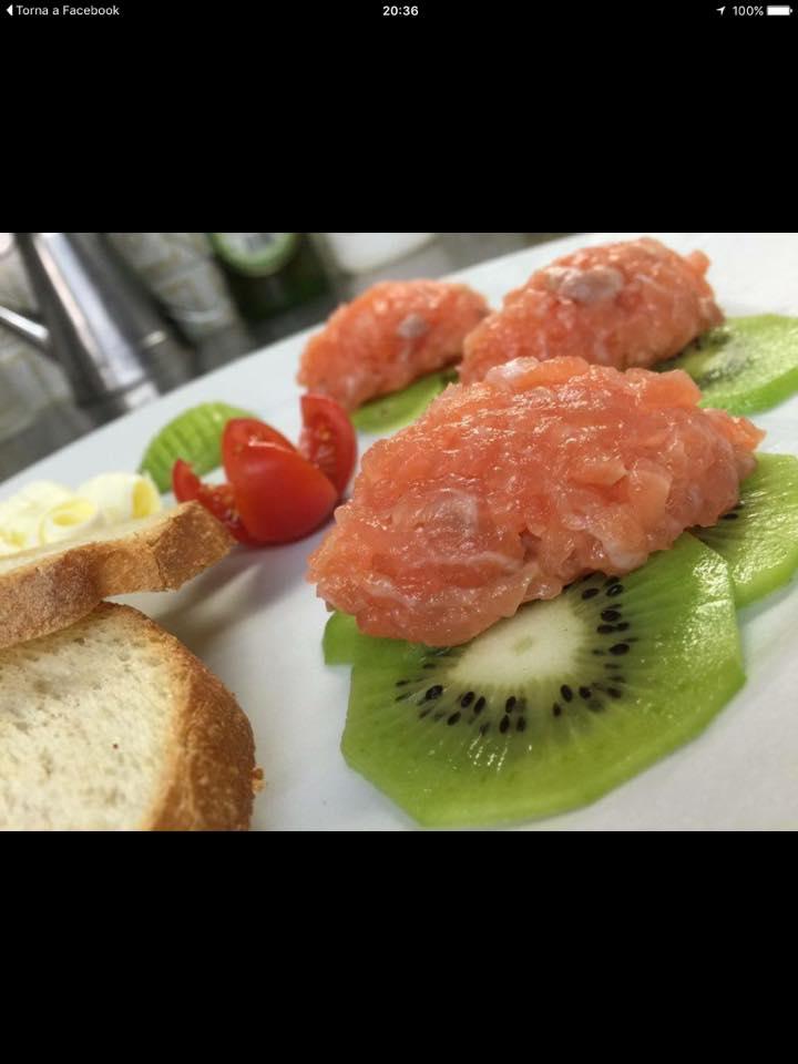 della tartare su delle fette di kiwi
