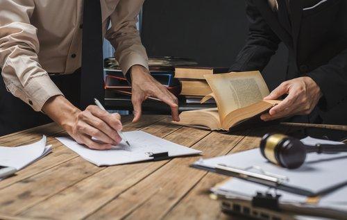 due avvocati lavorano con dei documenti