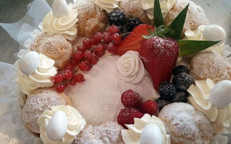 Torta con bignè, panna e frutta