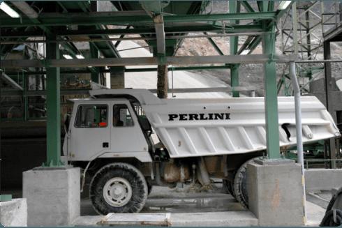 Uno dei camion si sta portando in posizione per caricare il materiale.