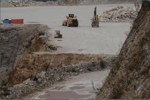 Alcuni dei macchinari in azione nella cava.