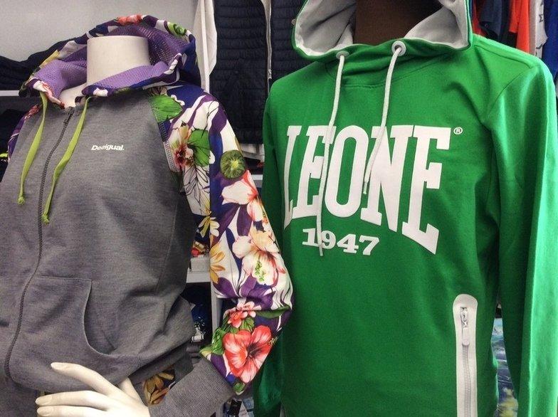 una felpa verde con il cappuccio della marca Leone, una felpa Desigual Grigia e a fiori colorati