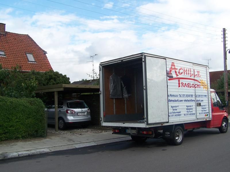 camion traslochi con portellone aperto