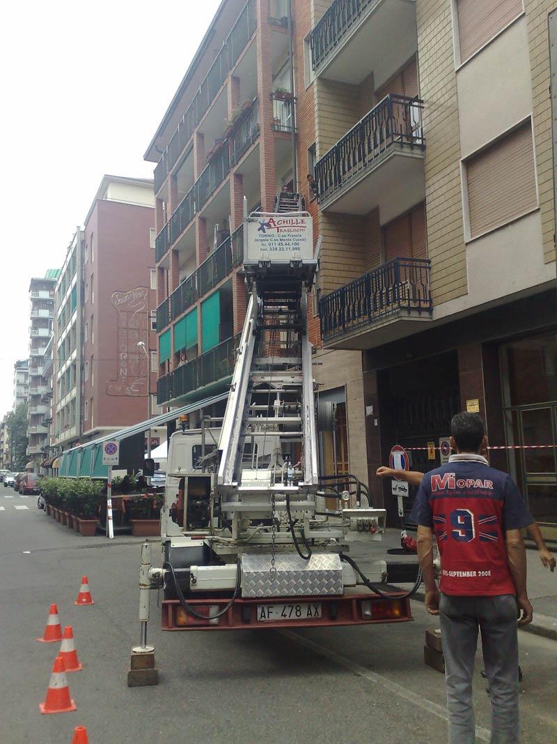 camion traslochi davanti un condominio