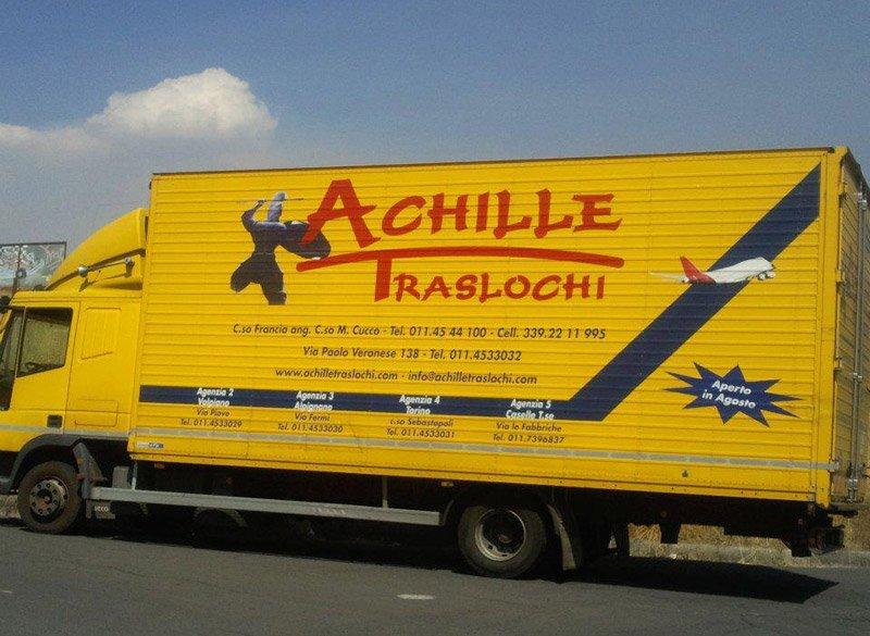 camion per traslochi dell`azienda Achille Traslochi