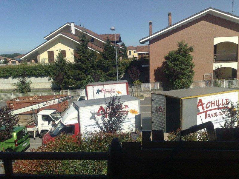 3 camion traslochi in strada