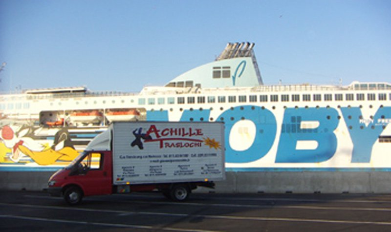 camion traslochi vicino una nave