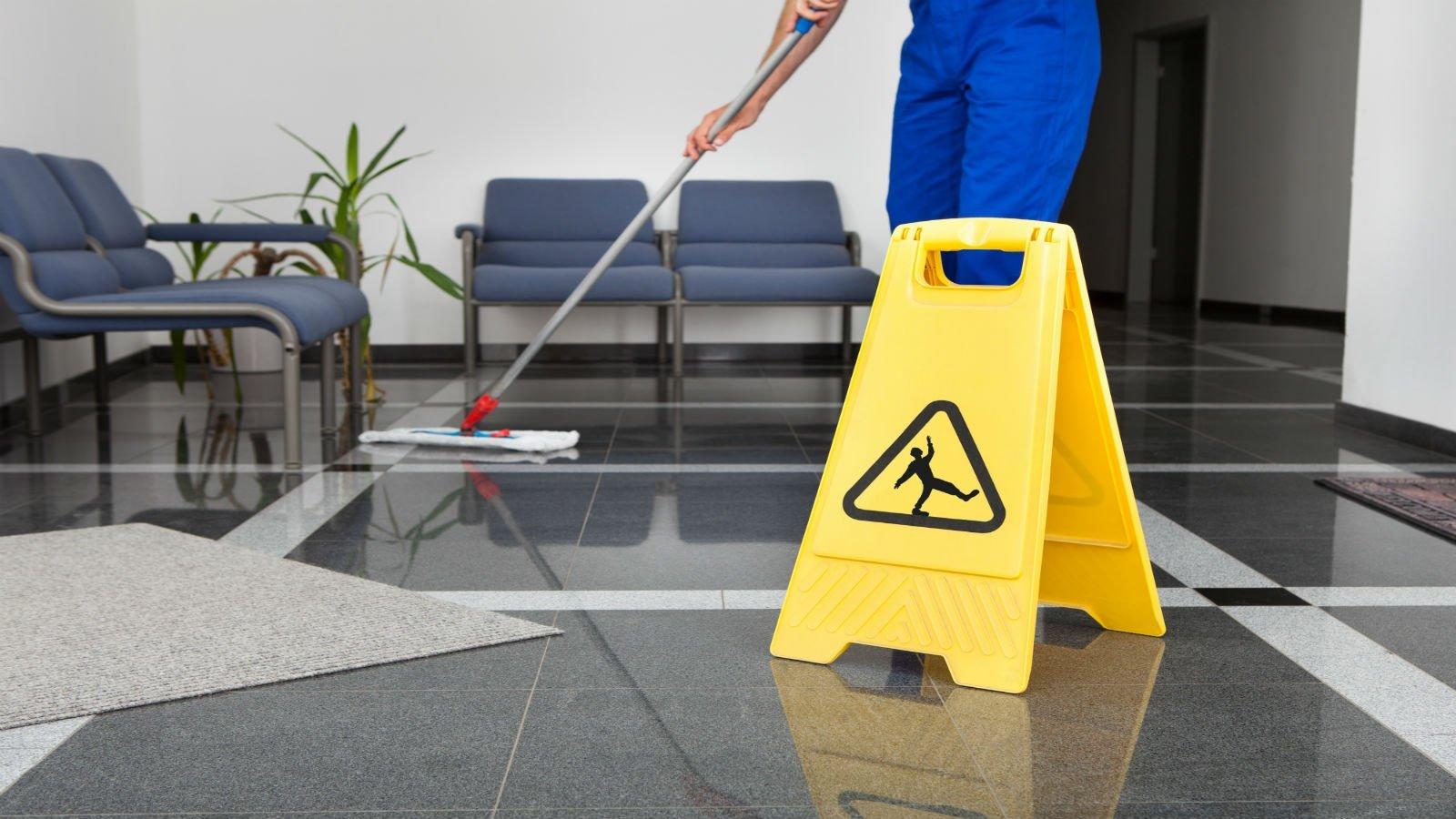 inserviente che pulisce il pavimento