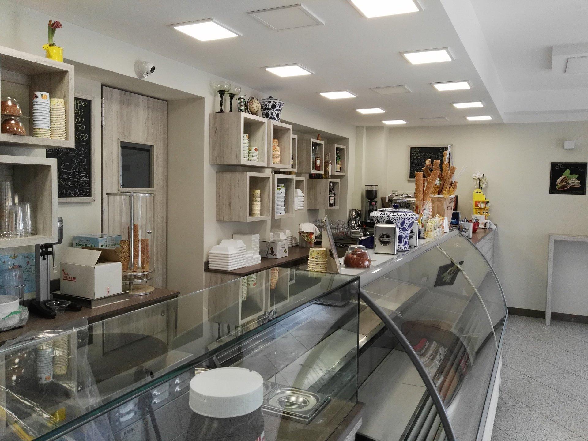 Vista interna di una gelateria con banco gelati e espositori