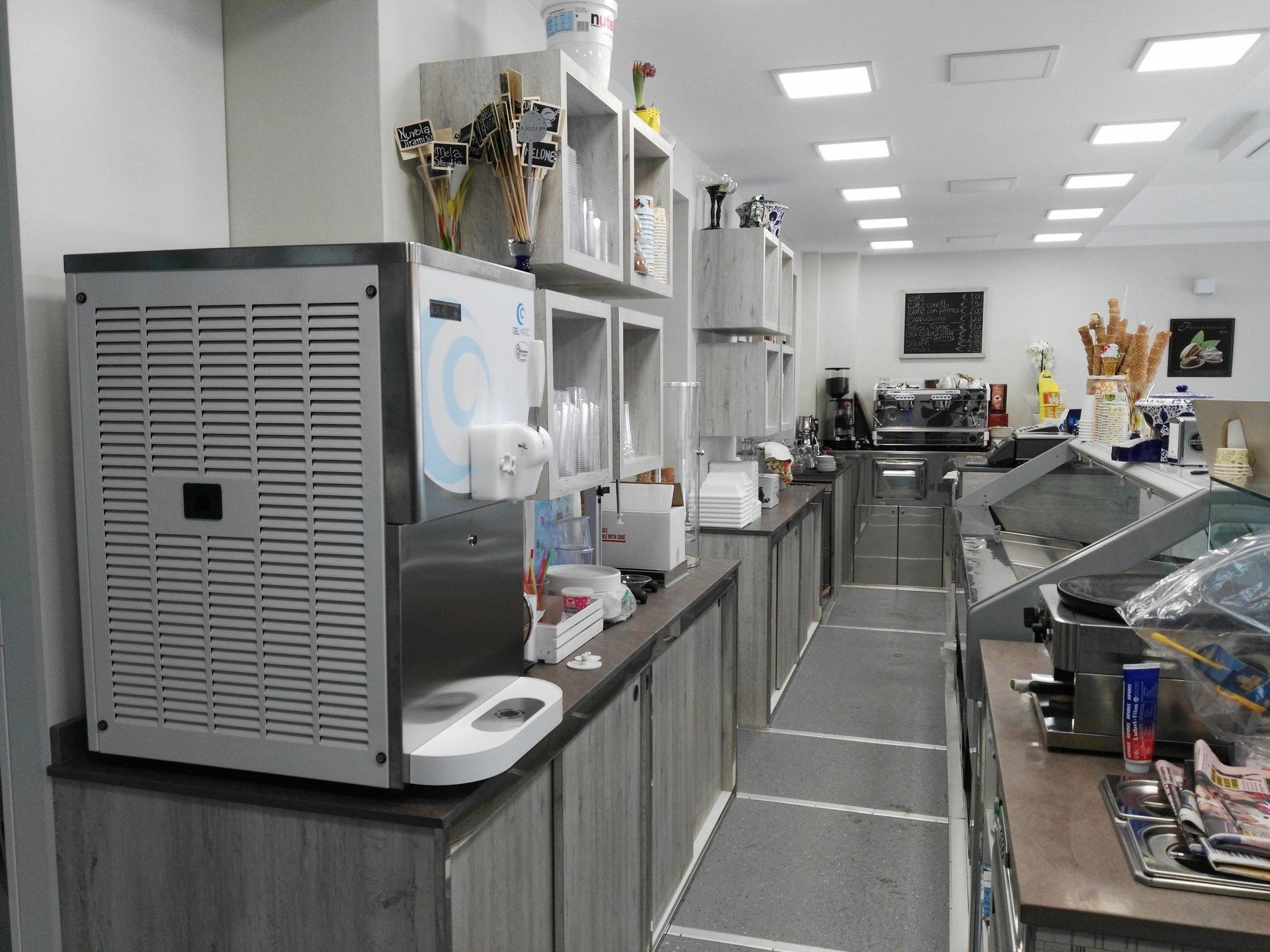 Vista in prospettiva di una cucina di gelateria