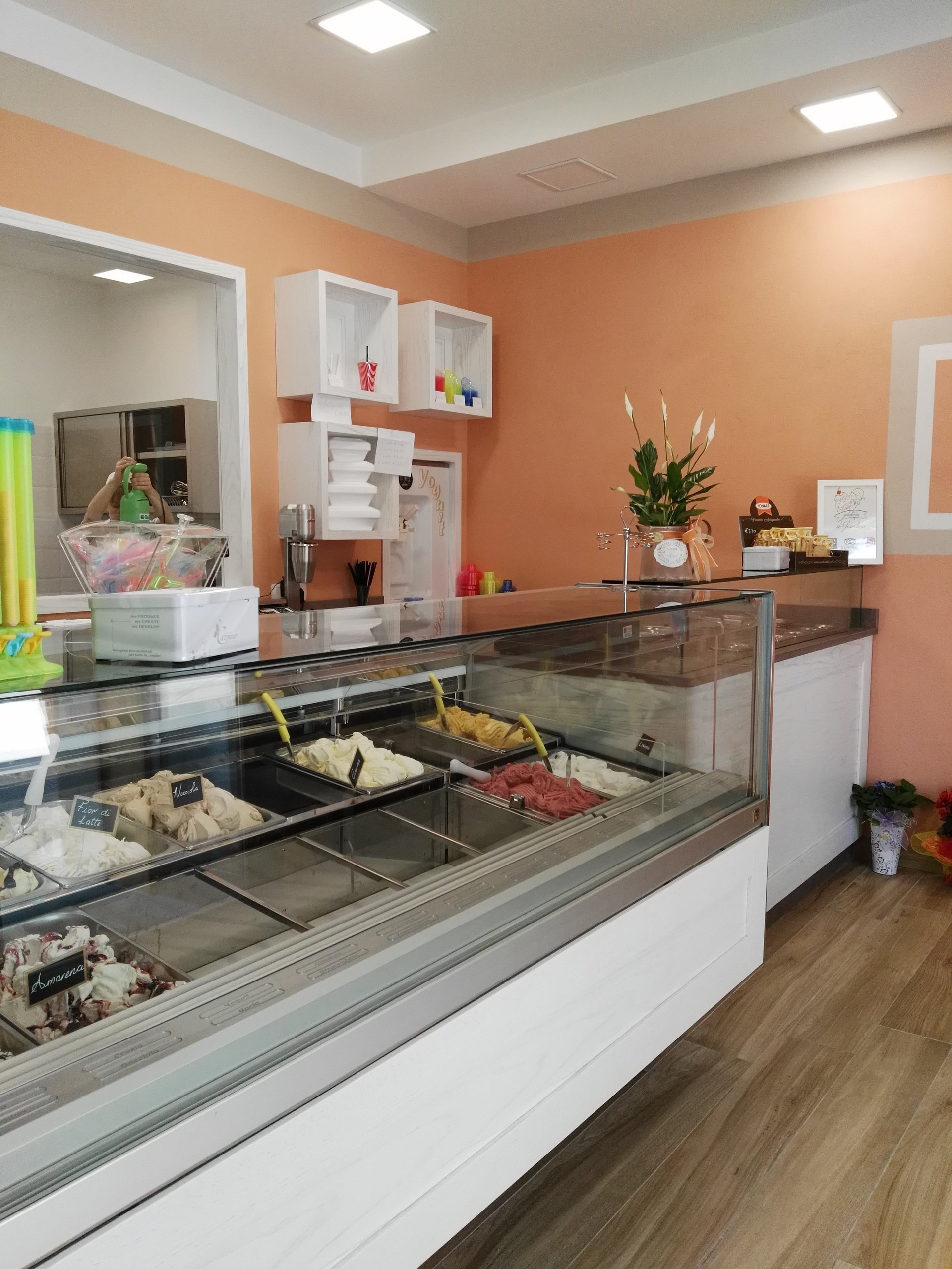 Vista laterale interno gelateria con banco frigo