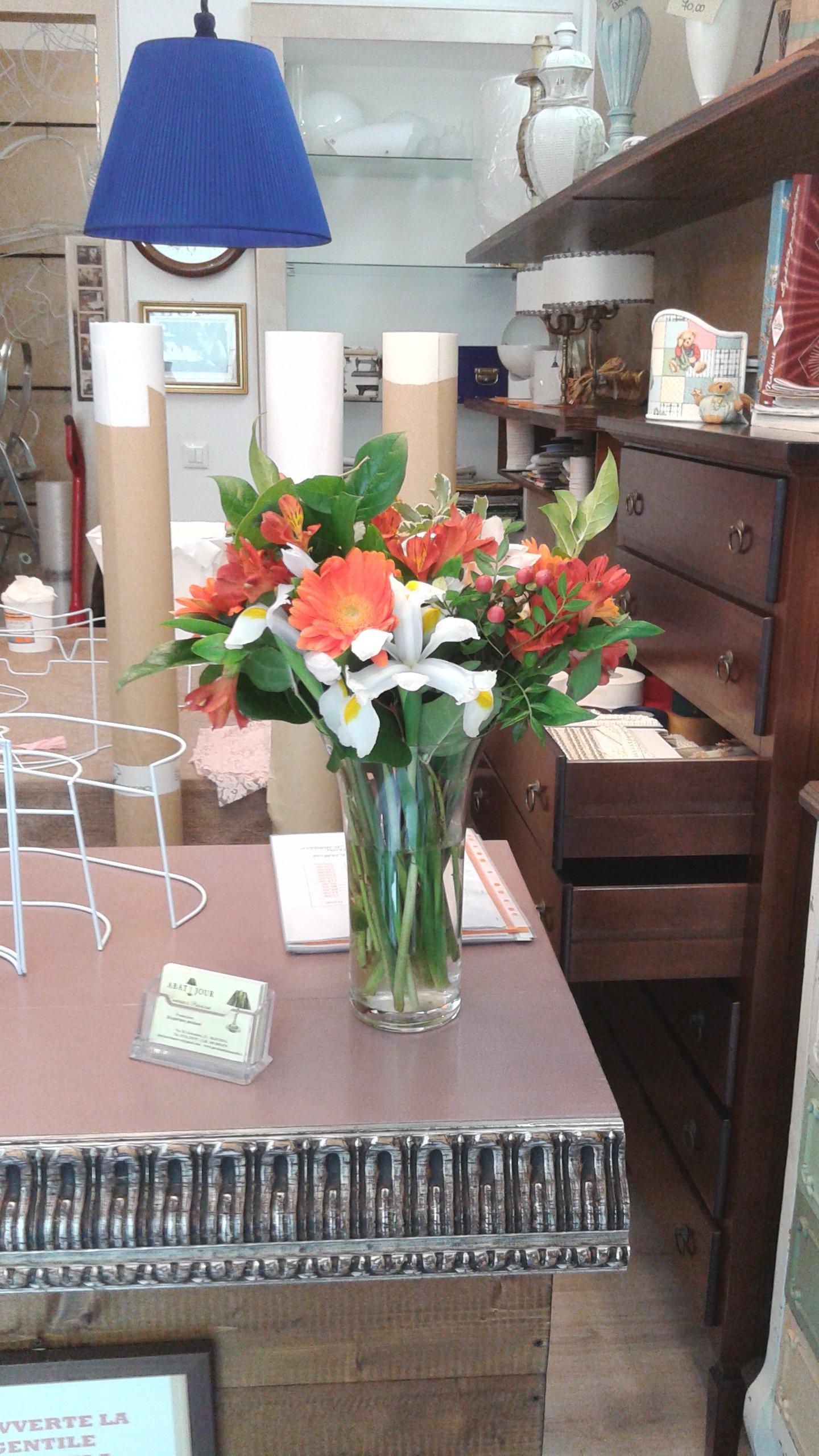 Vaso di fiori su un tavolo in un negozio