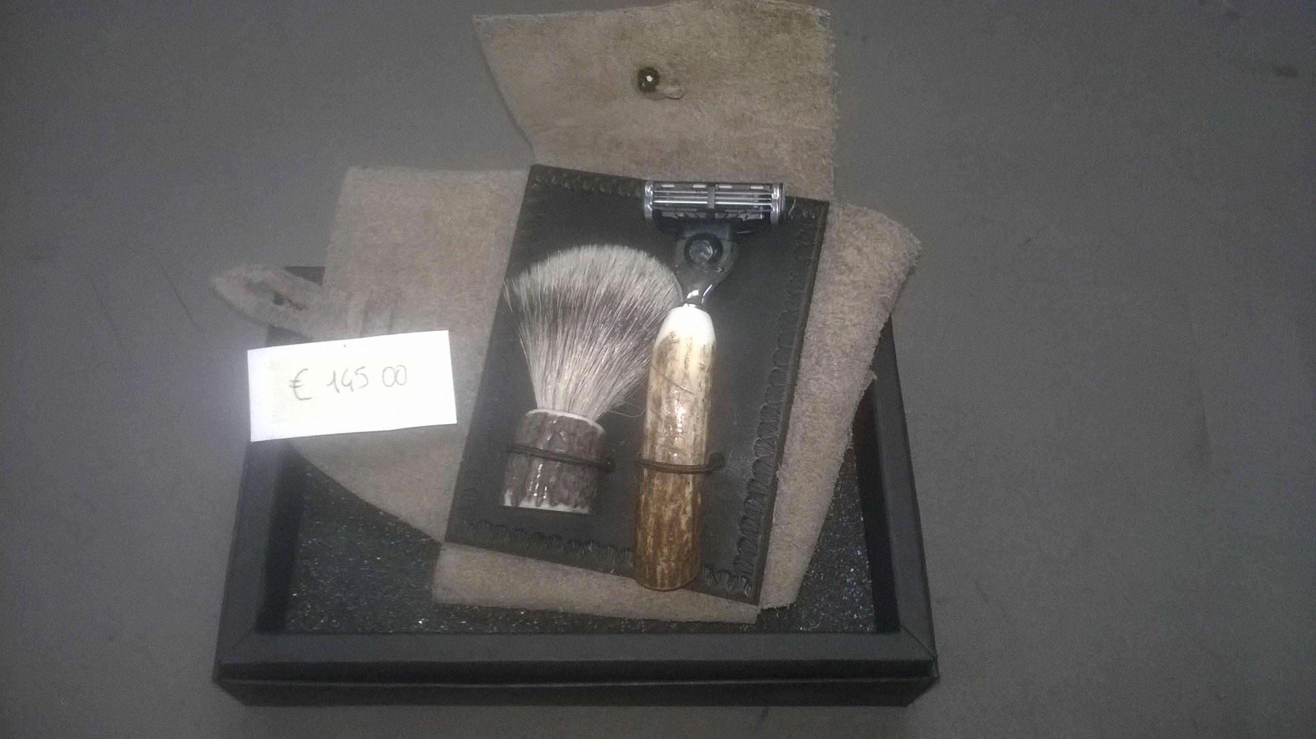Set da barba con rasoio e pennello in scatola nera