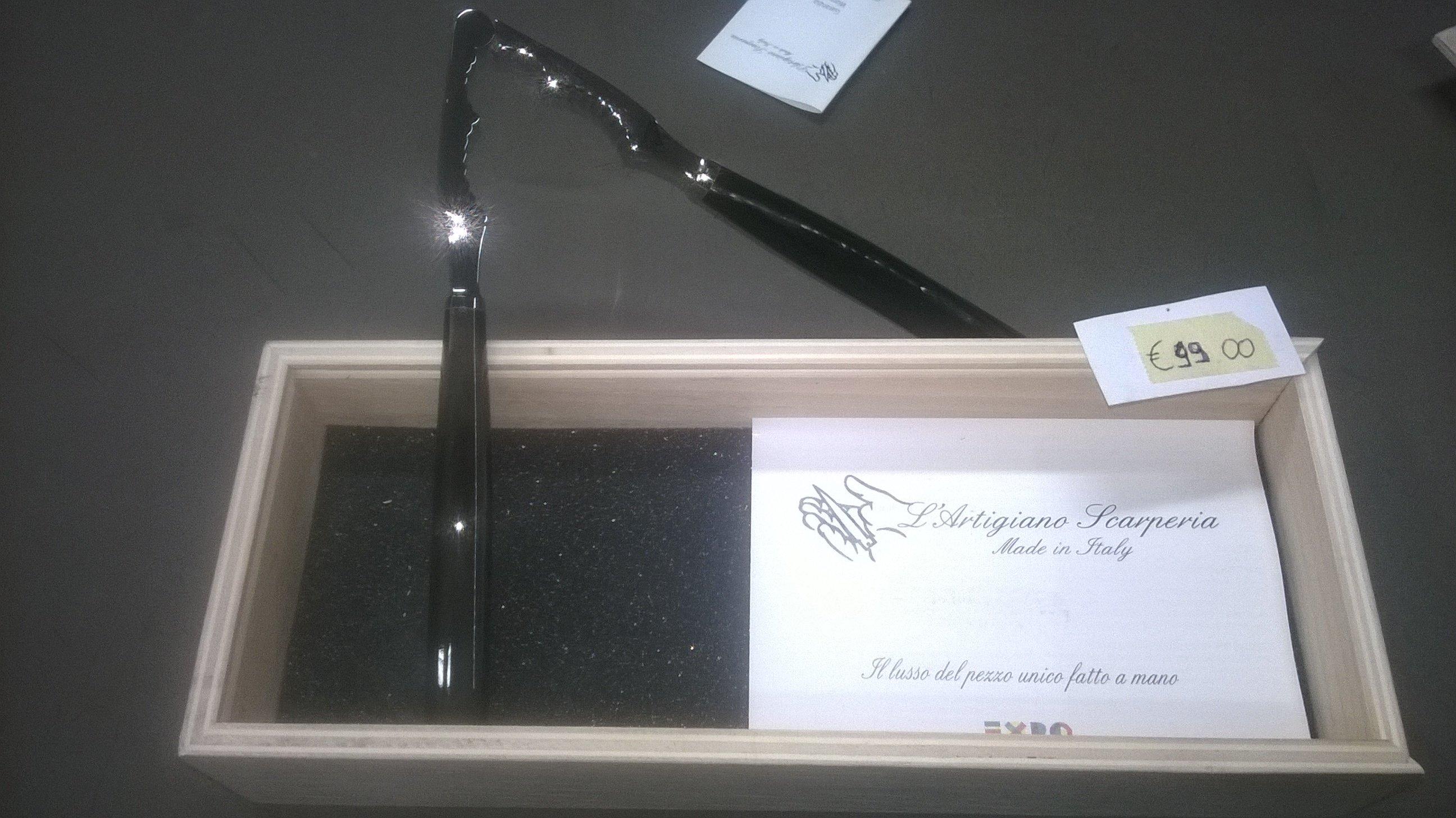 Schiaccianoci nero in scatola di legno chiaro