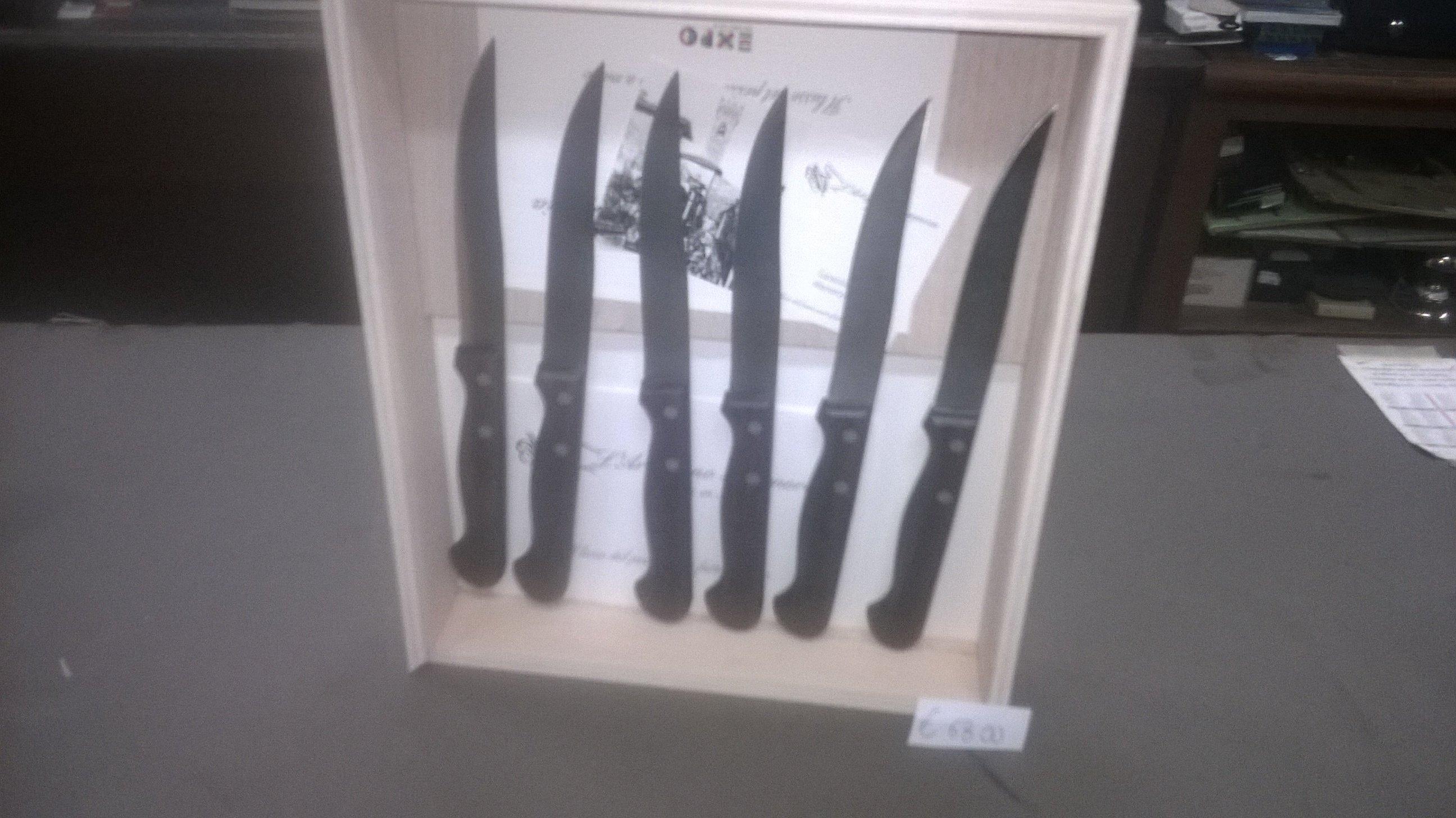 Set di coltelli da cucina con manico nero e scatola di legno chiaro in verticale