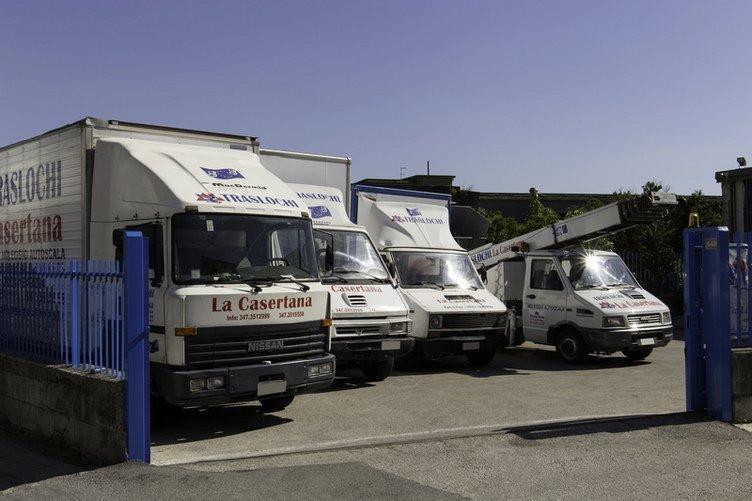 furgoni e camion in un parcheggio