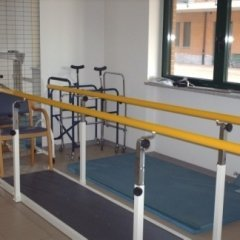 attrezzatura per la fisioterapia, palestra, camminare