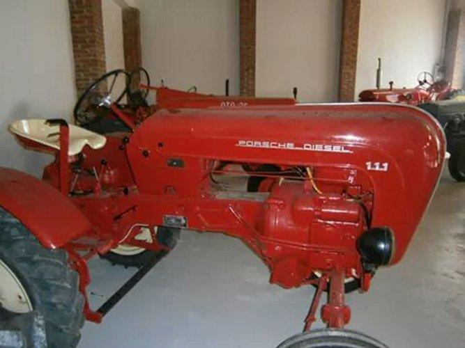 vista laterale di un trattore d'epoca rosso