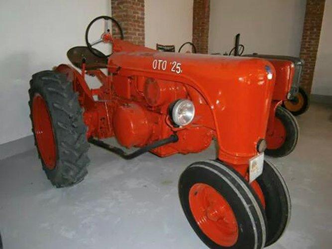 trattore d'epoca arancia a marchio OTO 25