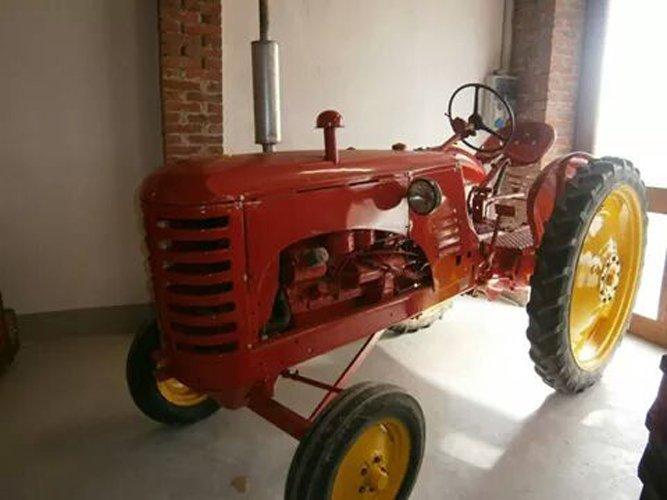 trattore d'epoca rosso